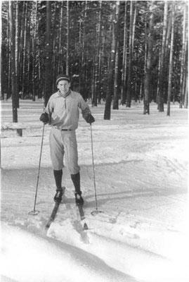 Владимир Шкунденков на лыжной трассе. Москва, 1959 г