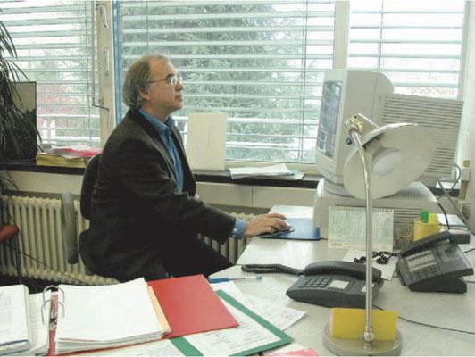 Николас Кульберг - помощник директора ЦЕРН (Женева) в рабочем кабинете (фото Марии Шкунденковой, 2005 г)