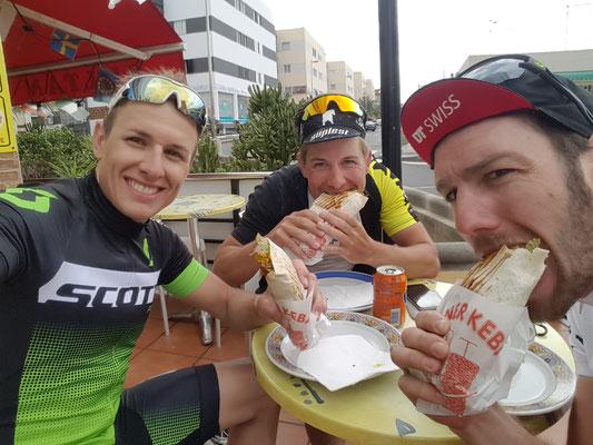 Nach einer langen Radtour Kebap vom Sultan mit Luca & Adrian