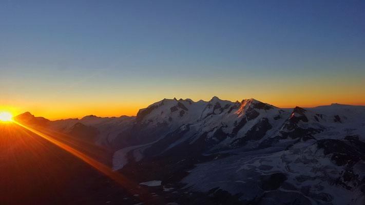 Sonnenaufgang bei der Solvayhütte auf gut 4000m.ü.M