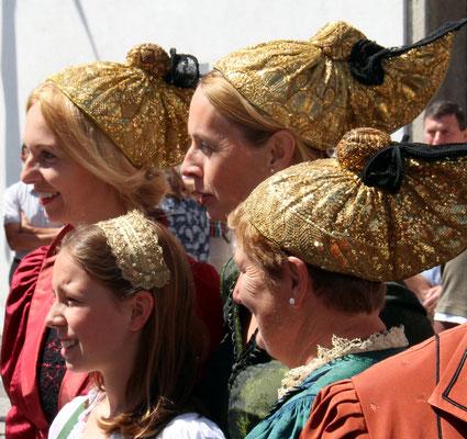 Goldhaubenfrauen und Goldmädchen - Foto: Herbert Payreder