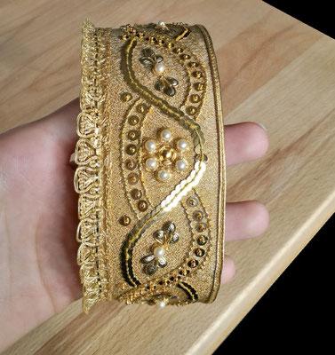edle Mädchenbänder auf goldenem Grundmaterial in klassischer Goldsticktechnik