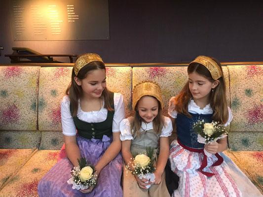Mädchen mit Häubchen und Mädchenband - Foto: privat