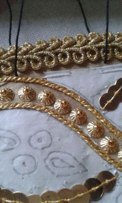 Mädchenband auf goldener Seide in klassischer Goldsticktechnik