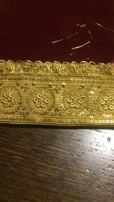 Mädchenband auf goldenem Grundmaterial in klassischer Goldsticktechnik