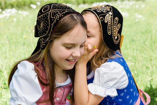 Mädchen mit scharzen Häubchen - Foto: Ernecker Photography