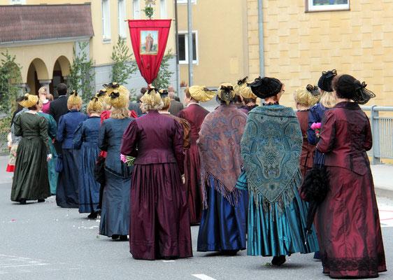Festzug mit Goldhaubenfrauen - Foto: privat