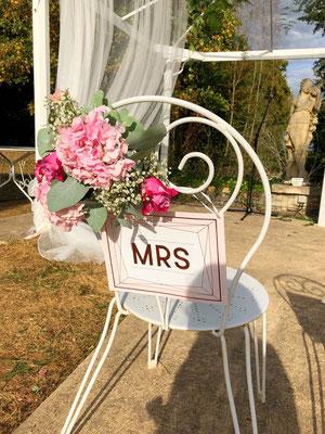 Décoration florale cérémonie laïque mariage : chaise de la mariée
