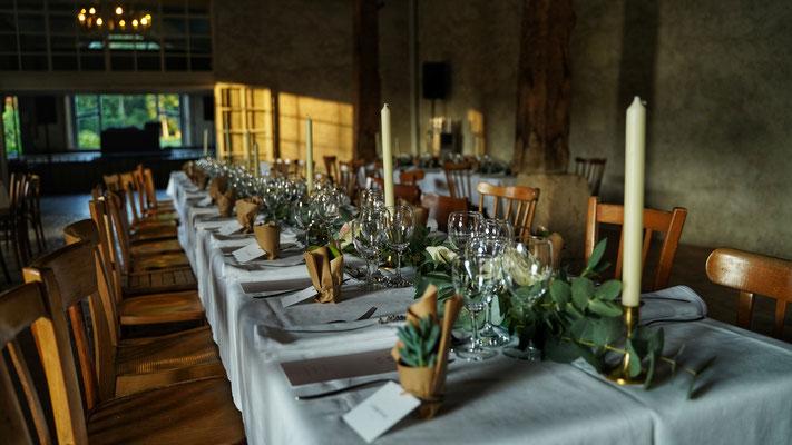 Décoration de table mariage dans une grange