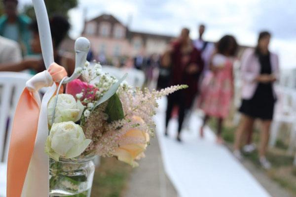 Décoration florale cérémonie laïque mariage : allée
