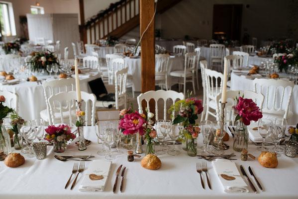 Décoration de table mariage : bouquets colorés