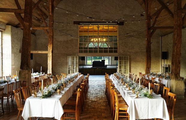 Salle dîner mariage grange avec poutres apparentes