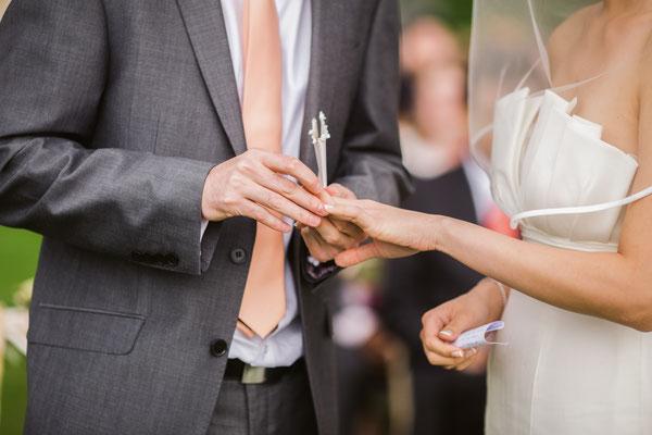 Les Coins Heureux wedding planner Paris et France échange des alliances cérémonie laïque