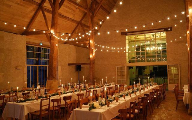 Décoration lumineuse grange mariage avec poutres apparentes