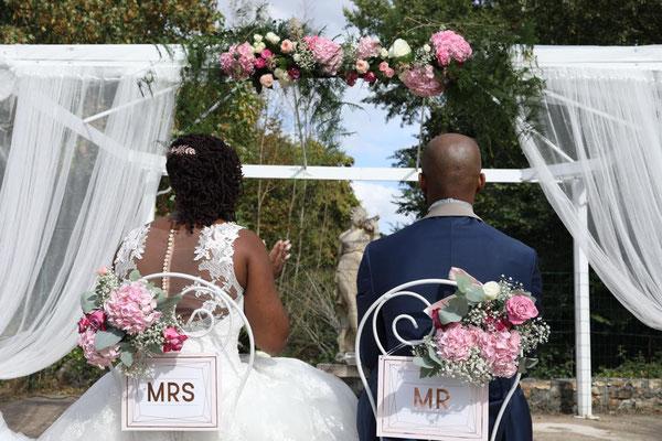 Décoration florale cérémonie laïque mariage : arche et chaises des mariés