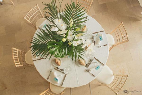 Décoration florale table mariage thème voyage et exotisme