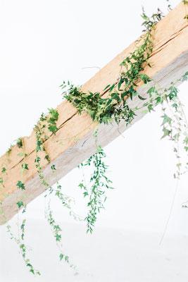 Décoration végétale salle mariage avec poutres apparentes