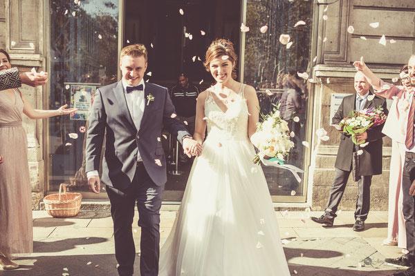 Sortie de la mairie mariage : pétales de fleurs