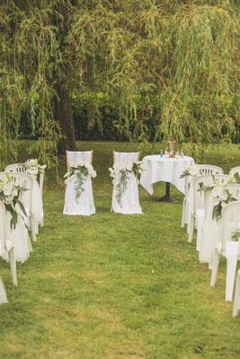 Décoration florale cérémonie laïque en extérieur mariage