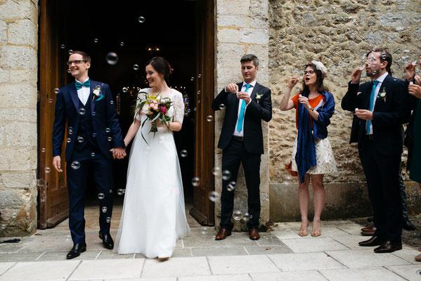 Sortie des mariés sous des bulles de savon