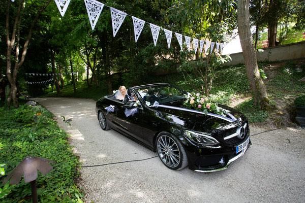 Arrivée de mariés en voiture décapotable