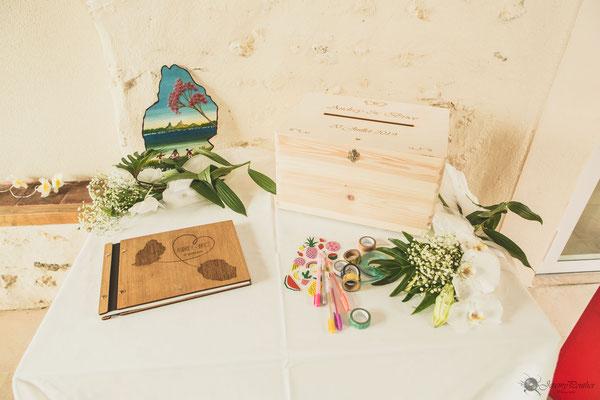 Livre d'or et urne mariage thème voyage et exotisme