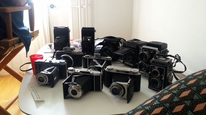 Sashas Sammlung alter Kameras in einer Ausstellung über seine Cyanotypien - Sasha's collection of old cameras in an exhibition about his cyanotypes