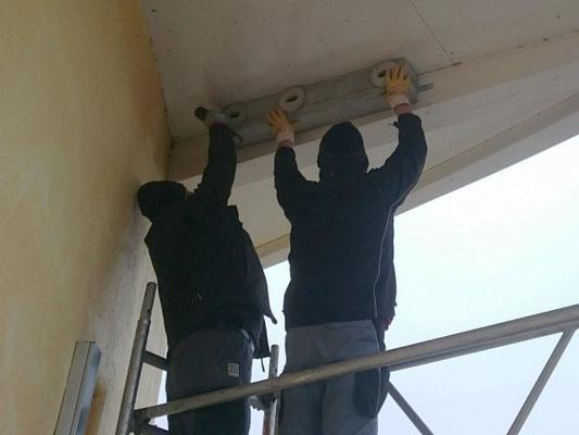 Mauerseglerkästen werden am NABU-Büro angebracht