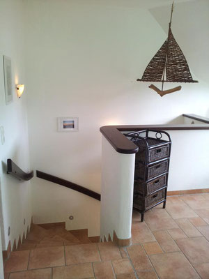 Treppenaufgang zum Obergeschoss. Hier befinden sich 3 weitere Schlafzimmer, 2 Bäder und eine Sitzecke