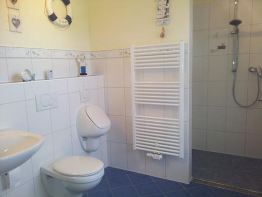 Das Bad im Untergeschoss mit großer Dusche