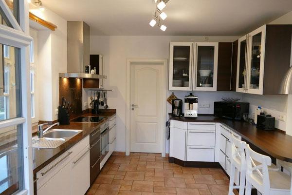 Komplett ausgestattete Küche mit allen Küchenutensilien und hochwertigen Markengeräten