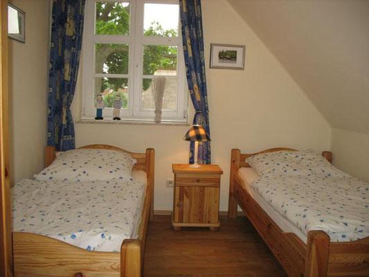 Weiteres Schlafzimmer mit 2 sep. Einzelbetten, Verdunkelungsrollos und Mückengittern