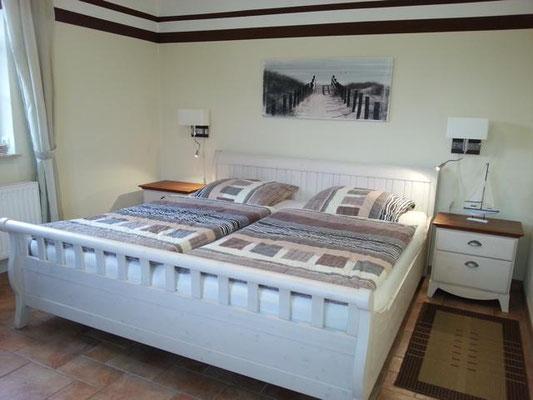Schlafzimmer im Untergeschoss. Wie alle Schlafzimmer verfügt dieses über Mückengitter, Verdunkelungsrolls und hochwertige Betten