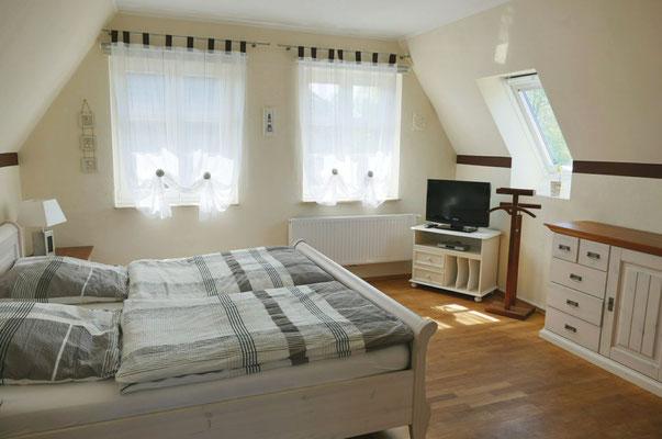 Schlafzimmer mit Doppelbett, Mückengittern, Verdunkelungsrolls, hochwertigen Betten und zusätzlichem TV