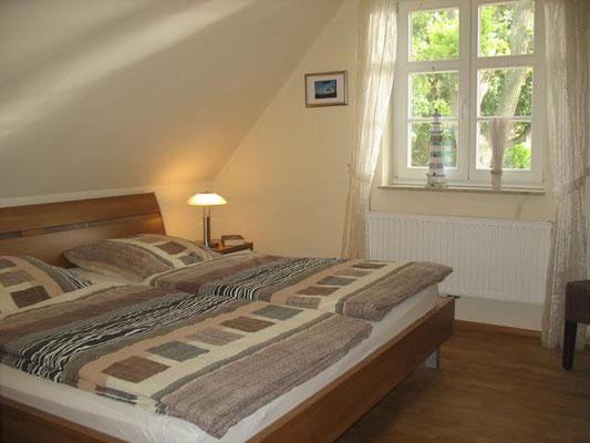 Weiteres Schlafzimmer, ebenfalls mit Mückengittern, Verdunkelungsrolls und hochwertigen Betten