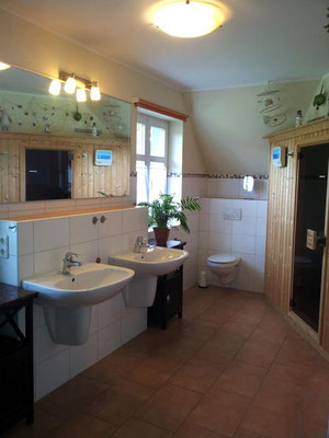 Großzügiges Bad im Obergeschoss mit Badewanne und Sauna