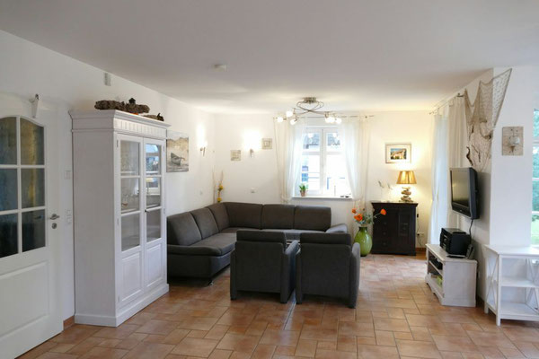 Gemütliche Sitzecke mit hochwertigem Sofa, Flachbild-TV, HiFi-Anlage, DVD-Player, hellen Leselampen und Zugang zur Terrasse