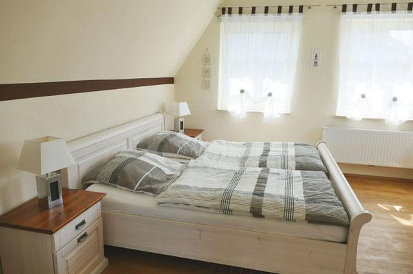 Schlafzimmer mit Doppelbett, Mückengittern, Verdunkelungsrolls und hochwertigen Betten