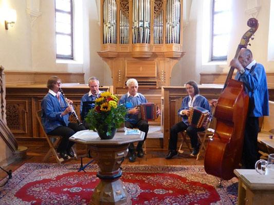 Die zoja-musig spielt im Gottesdienst