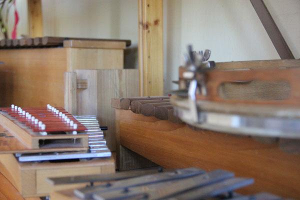 Musikinstrumente in der Schul-Aula