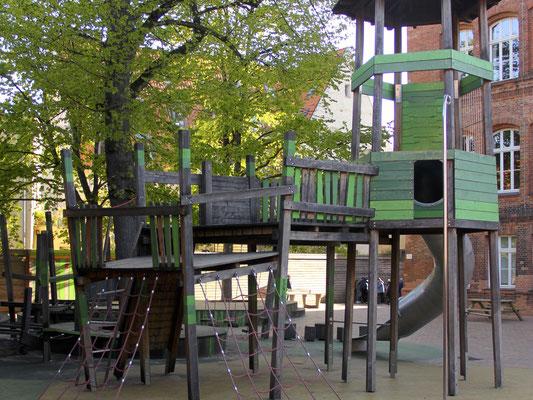 Der Schulhof mit dem Blick auf das Klettergerüst