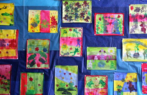 Farbenfrohe Kunstwerke im Flurbereich der Schule