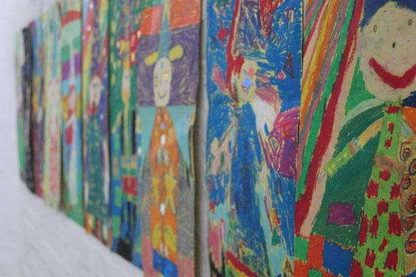 Farbenfrohe Kunstwerke im Treppen-/Flurbereich der Schule