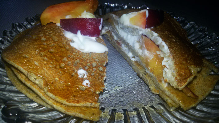 La mia versione dei pancakes di grano saraceno con pesche fresche, yogurt greco e sciroppo d'acero