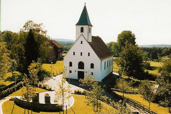1980 - Der neue Kapellenvorplatz mit Ehrenmal