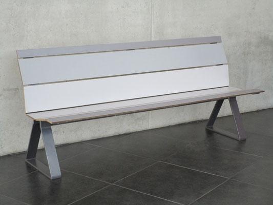 Swing 01 HPL Sitzbank und Stahl ohne Armlehnen – Individualdekor und Farbbeschichtung möglich.