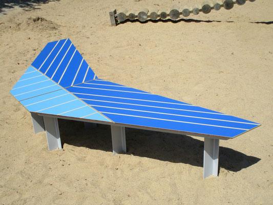 Phantom Spiel- und Sitzpodest aus HPL und Stahl – Form wie Papierflieger oder Flugzeug. Individualdekor und Farbbeschichtung möglich.