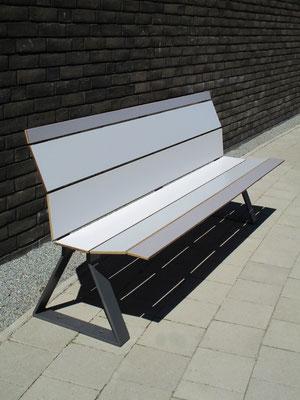 Swing 01 HPL Sitzbank aus HPL und Stahl ohne Armlehnen – Individualdekor und Farbbeschichtung möglich.