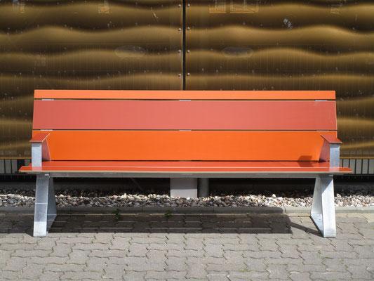 Swing 02 Sitzbank aus HPL und Stahl mit Armlehnen – Individualdekor und Farbbeschichtung möglich! Robust und farbstabil.