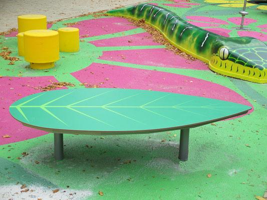 Momo HPL Spiel- und Sitzpodest in Blattform aus HPL und Stahl – Individualdekor, Wunschfarbe und Wunschmaß möglich.